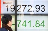 日経平均株価が2万円を大きく下回り、700円以上の大幅な値下がりを示す株価ボード=東京都中央区で2019年1月4日午前9時48分、佐々木順一撮影