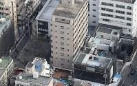 火災のあった簡易宿泊所(中央)=横浜市中区寿町で2019年1月04日午前、本社ヘリから尾籠章裕撮影