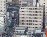 火災のあった簡易宿泊所(右)=横浜市中区寿町で2019年1月04日午前、本社ヘリから尾籠章裕撮影