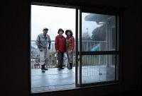 天応地区を一望し、その先には瀬戸内海、江田島が見える森末節さん自宅2階からの眺めは、森末さん一家のお気に入りだった=広島県呉市で2018年12月6日、小出洋平撮影