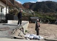 天応地区でも砂防ダム建設で道路敷設の準備も始まり、解体工事が終わり、更地になった土地も目立つ=広島県呉市で2018年12月13日、小出洋平撮影
