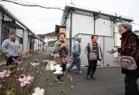 仮設住宅で言葉を交わす天応地区の住民たち。40世帯ほどが入居している=広島県呉市で2018年12月26日、小出洋平撮影