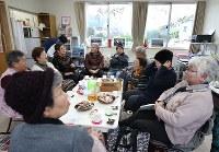 仮設住宅の集会所で週1回開催される茶話会で話し込む天応地区の住民たち。現在の自宅の様子やうわさ話など話題は尽きない=広島県呉市で2018年12月26日、小出洋平撮影
