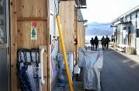 天応地区の住民が暮らす仮設住宅。玄関先には正月用の飾りが掲げられていた=広島県呉市で2019年1月3日、小出洋平撮影