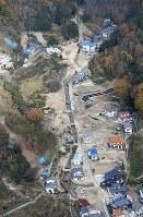 豪雨災害の傷痕が残る天応地区。中央に解体が進む森末さんの自宅がある=広島県呉市で2018年12月15日、本社ヘリから久保玲撮影