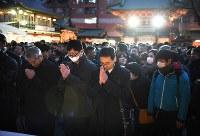 神田明神に参拝する大勢の人たち=東京都千代田区で2019年1月4日午後5時、丸山博撮影