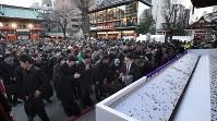 神田明神に参拝する大勢の人たち=東京都千代田区で2019年1月4日午後4時35分、丸山博撮影