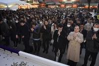 神田明神に参拝する大勢の人たち=東京都千代田区で2019年1月4日午後4時50分、丸山博撮影