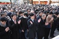 神田明神に参拝する大勢の人たち=東京都千代田区で2019年1月4日午後4時36分、丸山博撮影