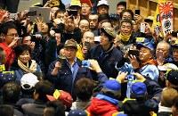 開場後初となる豊洲市場での初競りの見学に訪れた小池百合子・東京都知事(左)=東京都江東区で2019年1月5日午前5時10分、玉城達郎撮影