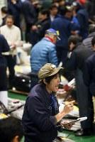 威勢の良いかけ声で始まった豊洲市場での初競り=東京都江東区で2019年1月5日午前5時19分、玉城達郎撮影