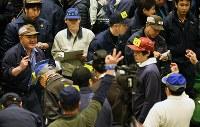 開場後初となる豊洲市場での初競りに参加した多くの市場関係者ら=東京都江東区で2019年1月5日午前5時15分、玉城達郎撮影