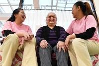 施設で会話を楽しむく日系ペルー人2世のキシモト・ケイコさん(中央)とフィリピン人介護士福祉士候補者=愛知県豊田市で2018年12月15日、大西岳彦撮影