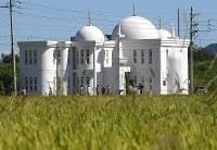 周辺に稲穂が広がる「岐阜モスク」=岐阜市で2018年9月28日、久保玲撮影