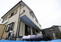 2階建て民家の「大阪茨木モスク」。ラマダン明けの祝祭「イード」では、モスク内に人が入りきらず外で礼拝するムスリムの姿もあった=大阪府茨木市で2018年6月15日、久保玲撮影