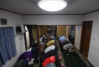 民家を利用した「大阪茨木モスク」で祈る人たち=大阪府茨木市で2018年6月23日、久保玲撮影