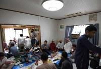 ラマダン明けの祝祭イードでは、大勢の人たちが「大阪茨木モスク」に訪れて食事をする=大阪府茨木市で2018年6月15日、久保玲撮影