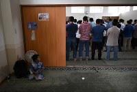 「徳島マスジド」で祈る人たち=徳島市で2018年6月29日、久保玲撮影