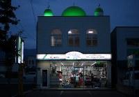 ラケット店の2階にある「新居浜マスジド」。店長の浜中彰さんがイマーム(指導者)を務めている=愛媛県新居浜市で2018年6月27日、久保玲撮影