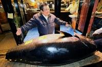競り落とした生鮮マグロを前にポーズを取る喜代村の木村清社長=東京都中央区築地の「すしざんまい本店」で2019年1月5日午前6時34分、玉城達郎撮影