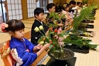 華道家元池坊の「初生け式」で花を生ける門弟たち=京都市中京区で2019年1月5日午前8時40分、川平愛撮影