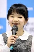 史上最年少のプロ棋士となることが決まり、笑顔を見せる仲邑菫さん=東京都千代田区で2019年1月5日午後2時38分、小川昌宏撮影