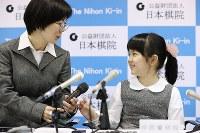 史上最年少のプロ棋士となることが決まり、取材に応じる仲邑菫さん(右)。左は母幸さん=東京都千代田区で2019年1月5日午後2時37分、小川昌宏撮影