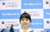史上最年少のプロ棋士となることが決まり、記者会見する仲邑菫さん=東京都千代田区で2019年1月5日午後2時27分、小川昌宏撮影