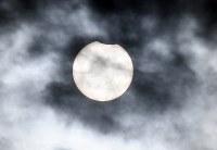 雲の切れ間に見え始めた日食=東京都江東区で2019年1月6日午前8時51分、竹内紀臣撮影