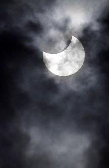 月によって隠され、一部が欠けた太陽=東京都江東区で2019年1月6日午前10時6分、藤井達也撮影