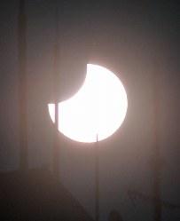 福岡市で観測された部分日食=福岡市中央区で2019年1月6日午前9時51分、野田武撮影