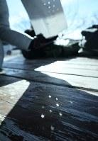 白い紙に開けた小穴を太陽の光にかざすと、影が欠けた太陽の形になった=埼玉県深谷市で2019年1月6日午前10時3分、手塚耕一郎撮影