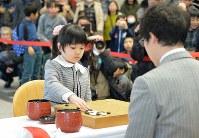 本因坊文裕と対局する仲邑菫さん(左)=東大阪市で2019年1月6日午後2時37分、加古信志撮影