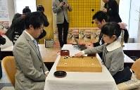 本因坊文裕と対局する仲邑菫さん(右)=東大阪市で2019年1月6日午後2時36分、加古信志撮影