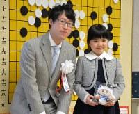 対局を終えて、記念撮影に納まる仲邑菫さん(右)と本因坊文裕=東大阪市で2019年1月6日午後3時54分、加古信志撮影
