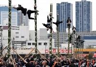東京消防庁の出初め式で披露されたはしご乗り=東京都江東区で2019年1月6日午前11時14分、竹内紀臣撮影