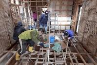浸水被害に遭った住宅の清掃をするボランティア=岡山県倉敷市真備町地区で2019年1月06日、平川義之撮影