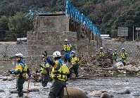 川に入り行方不明者の捜索をする警察官=広島県三原市で2019年1月6日午前10時18分、小出洋平撮影