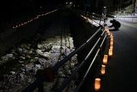 川沿いに並べられたロウソク=広島県坂町で2019年1月6日午後5時46分、小出洋平撮影