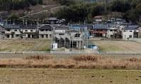 西日本豪雨から半年が経過した真備町地区。浸水被害を受けるなどし、全半壊した住宅は取り壊しや改修工事を待っている。建設中の建物には復興を願う「がんばろう真備」の文字が掲げられていた=岡山県倉敷市真備町地区で2019年1月06日午前7時42分、平川義之撮影