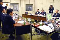 政局展望について語る生放送に臨む国会議員ら=和歌山市湊本町3の和歌山放送で、木原真希撮影