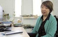職場で難民問題について語る守屋さん=東京都港区で