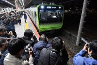 Many members of the press gather to cover the test run of a JR Yamanote Line train automatic operation system, at Osaki Station in Tokyo's Shinagawa Ward, on Jan. 7, 2019. (Mainichi/Naoki Watanabe)
