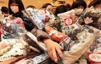 阪神百貨店梅田本店の初売りで、目当ての品物を探す買い物客=大阪市北区で2019年1月2日午前9時23分、小出洋平撮影