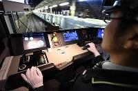 制御用のレバー(左)から運転士の手が離れたまま、自動で走行する山手線の電車=JR目白駅付近で2019年1月7日午前3時14分、渡部直樹撮影