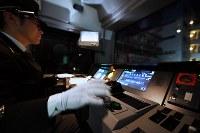 出発するためのスイッチを押す山手線の運転士=東京都新宿区のJR新大久保駅で2019年1月7日午前3時11分、渡部直樹撮影
