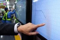 自動運転による速度変化の様子を表示するディスプレイ=東京都豊島区の山手線車内で2019年1月7日午前3時18分、渡部直樹撮影