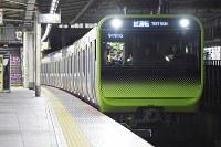 自動運転の試験のため大崎駅に入線する山手線の電車=東京都品川区で2019年1月7日午前1時40分、渡部直樹撮影