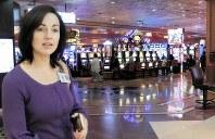 カジノフロアの内部を説明する「ペチャンガ・リゾート カジノ」広報担当のシアラ・グリーンさん。「心地よいサービスを味わってもらいたい」と話す=米西部カリフォルニア州テメキュラで2018年12月23日、青木英一撮影