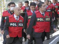 特殊詐欺に関与した疑いで指定暴力団住吉会の3次団体事務所に家宅捜索に入る警視庁の捜査員=東京都新宿区歌舞伎町で2018年12月17日、佐久間一輝撮影